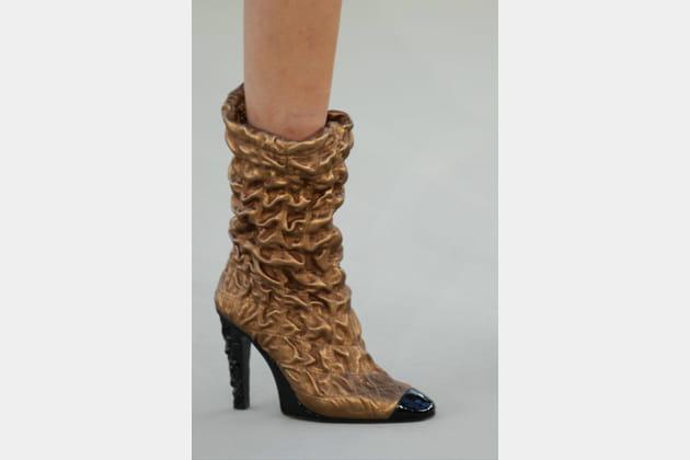 Les bottes pattes de lion du défilé Chanel haute couture automne-hiver 2010-2011