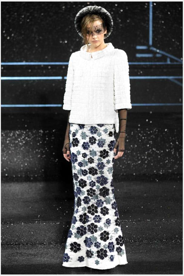 La jupe fourreau camélias du défilé haute couture automne-hiver 2011-2012
