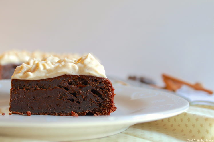 Gâteau fondant au chocolat et glaçage aux épices chai