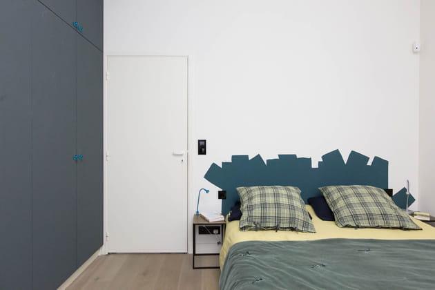 Une tête de lit bleu canard