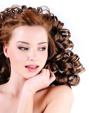 les boucles artificielles altèrent les cheveux.