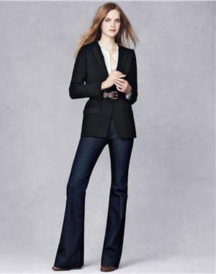 la veste noire, le jean flare et les escarpins de vanessa bruno pour la redoute