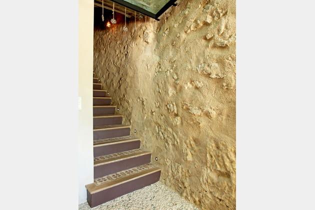 Une cage d'escaliers en pierre