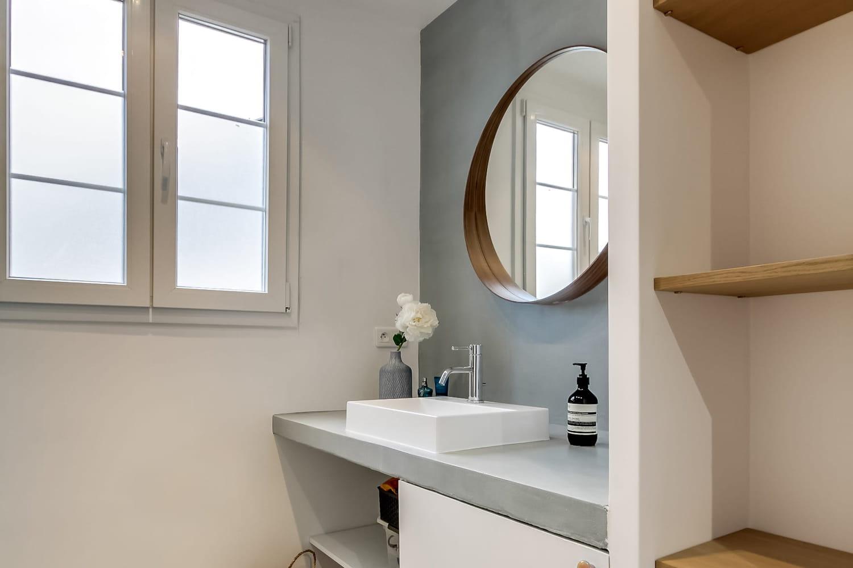 Béton ciré dans la salle de bains: bonne ou mauvaise idée?
