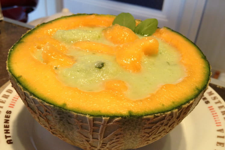 Soupe glacée concombre basilic et billes de melon