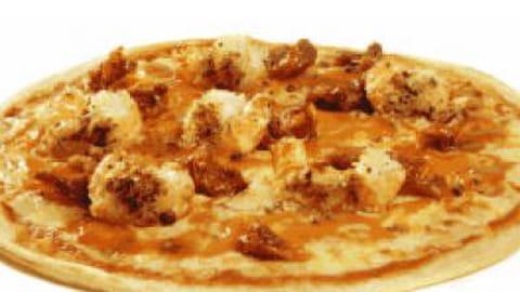 Richard Toix crée une pizza pour la Boîte à Pizza