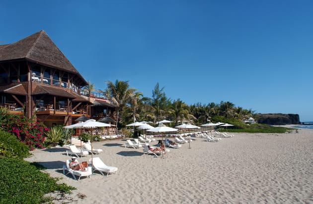L'hôtel vu de la plage en plein soleil