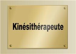 la rééducation avec le kinésithérapeute est la première solution envisagée.