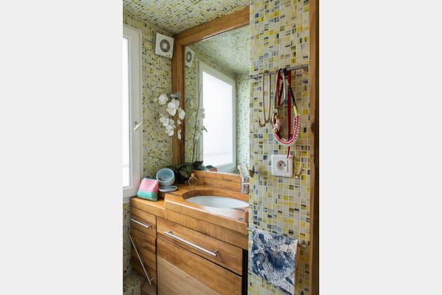 Salle de bains en bois et en mosaïque