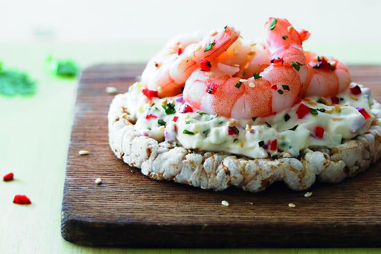 Galette de riz complet, crème végétale aux crevettes et poivrons rouges