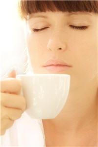 moins d'eau dans le café serré donc moins fort.