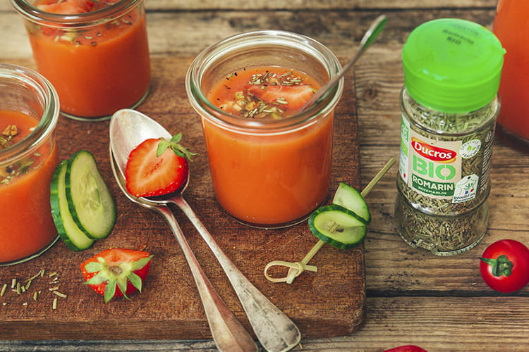 Gaspacho fraises-tomates, granola de graines au romarin