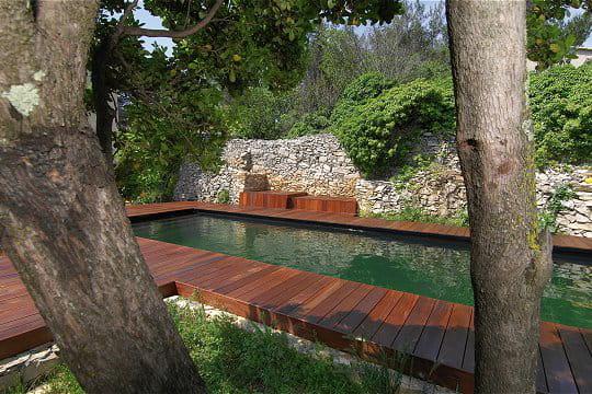 Une piscine en harmonie avec son environnement
