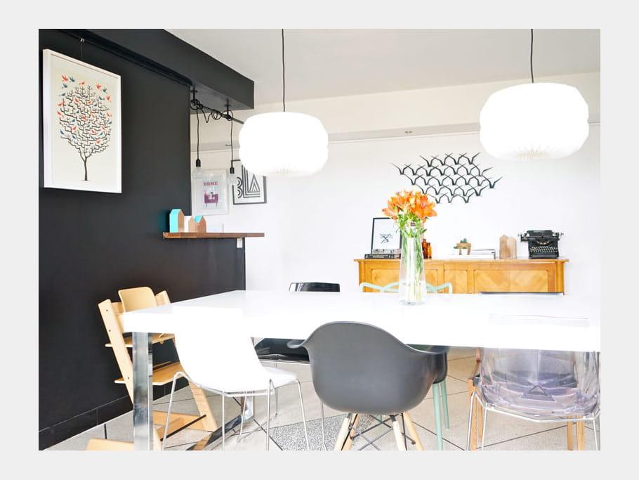 Une salle manger avec des chaises d pareill es un appart 39 qui mixe d - Chaise transparente habitat ...