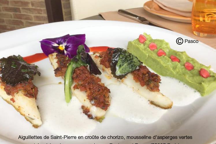 Aiguillettes de Saint-Pierre en croûte de chorizo, mousseline d'asperges vertes et émulsion de coco au combava