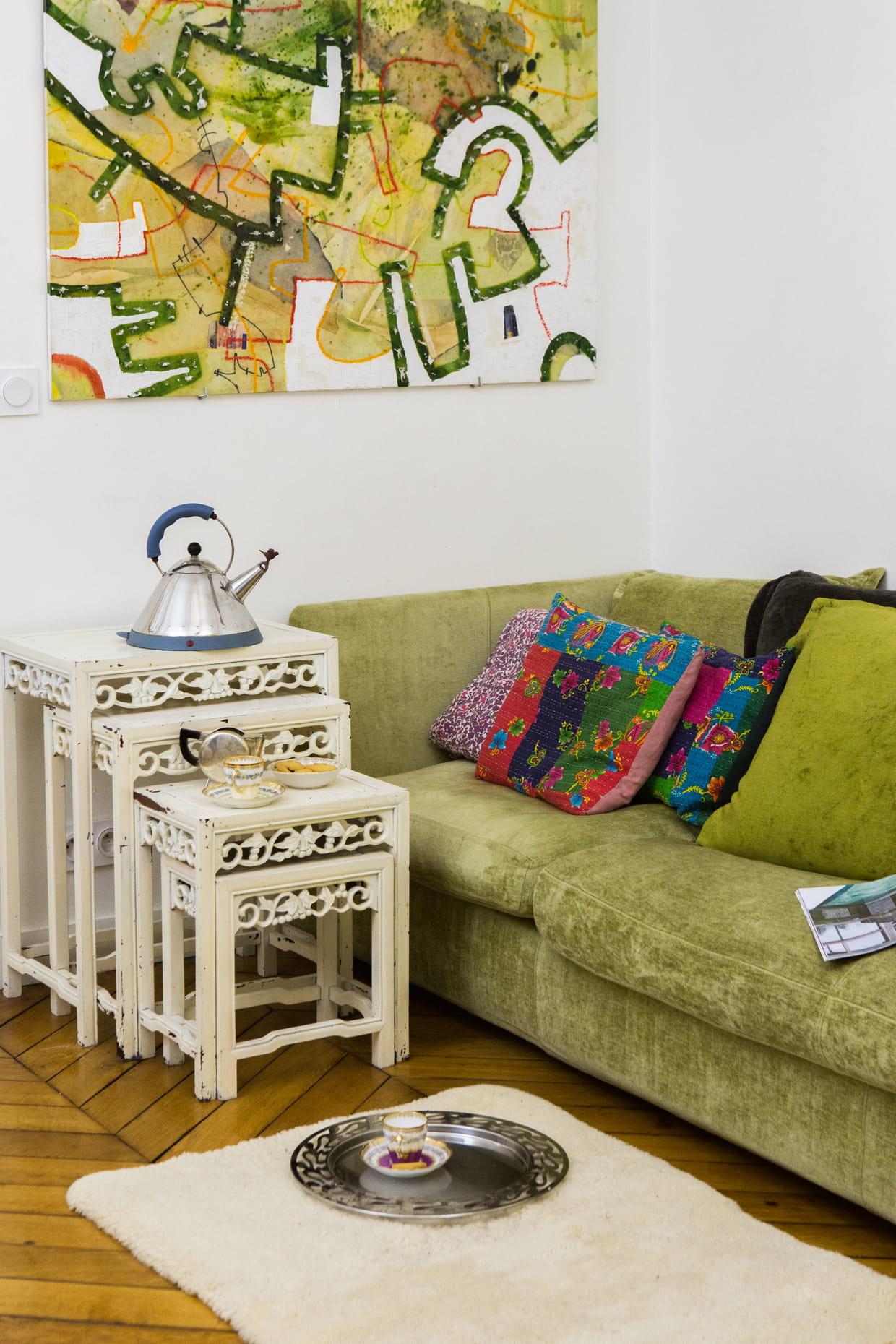 s jour boh me avec canap coussins et tables basses. Black Bedroom Furniture Sets. Home Design Ideas