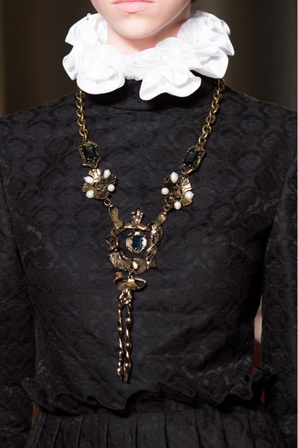 Les colliers gothiques du défilé Valentino