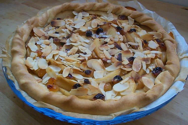 Tarte aux pommes, amandes effilées et raisins blonds