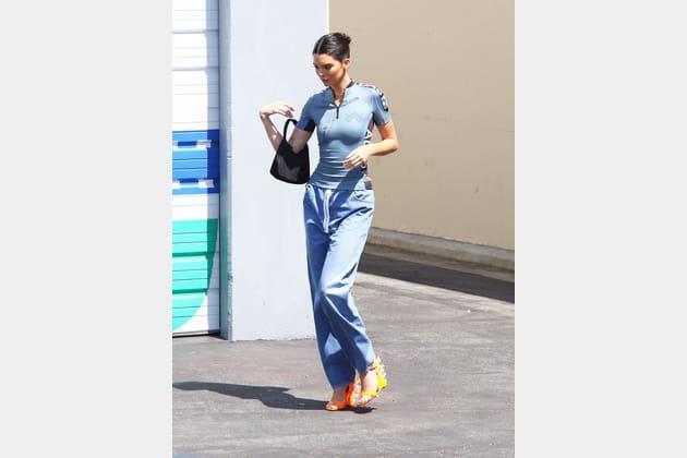 Kendall Jenner en t-shirt esprit maillot de cycliste
