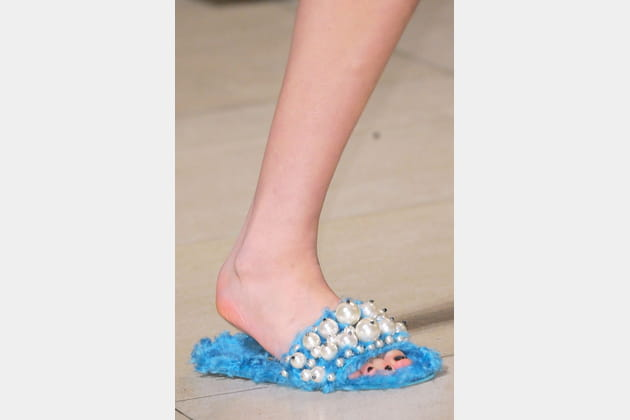 Les tongs en fourrure bleue et perles du défilé Miu Miu