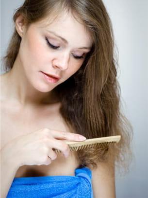 les chutes de cheveux anormales peuvent être liés à des chocs psychologiques.