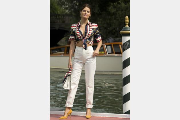 TOP: Isabeli Fontana en jean blanc