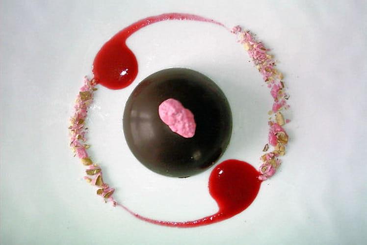 Dôme de chocolat, mousse  fraise et pralines roses