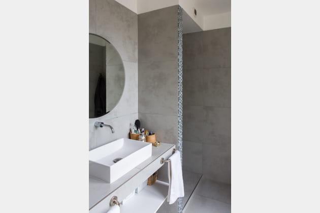 Une salle de bains mate