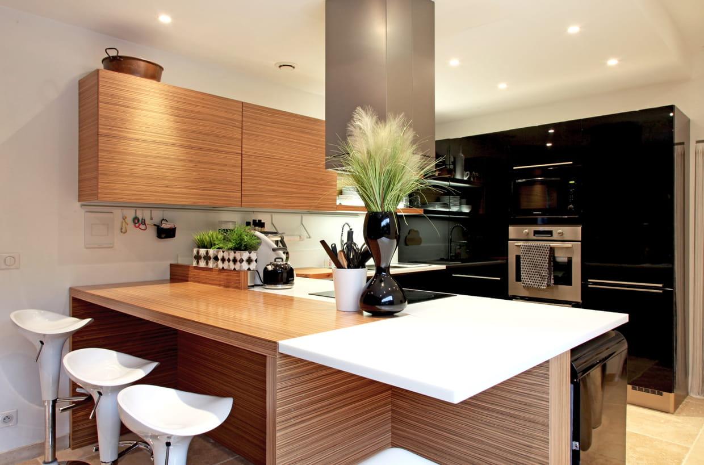 une cuisine noire chaleureuse. Black Bedroom Furniture Sets. Home Design Ideas
