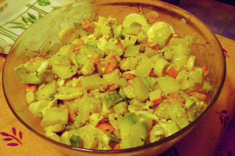 Salade de la mer aux cœurs de palmier, œufs et avocats
