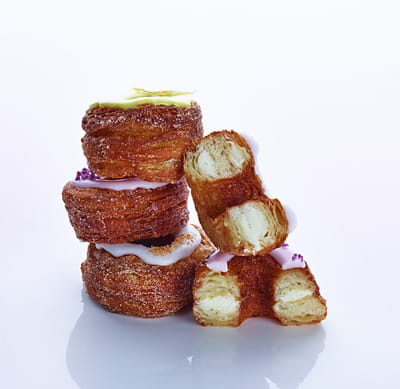 le cronut® de dominique ansel, une pâtisserie à base de pâte feuilletée laminée,