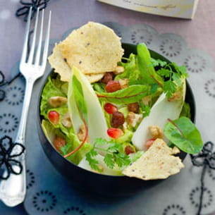 salade mélangée et chips de maïs