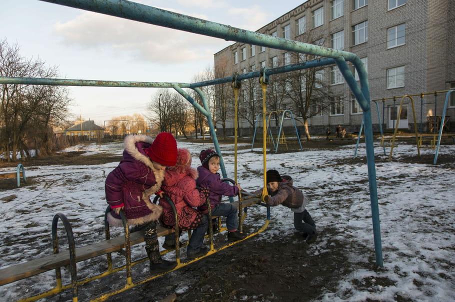 Des enfants jouent dans leur cour d'école
