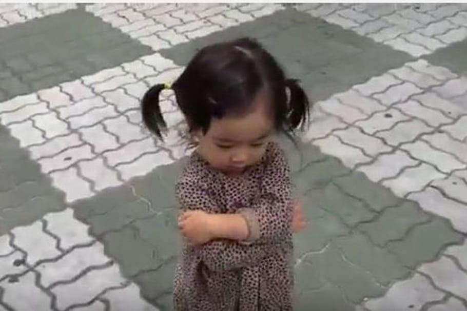 En vidéo : une petite fille essaye de bouder tant bien que mal…