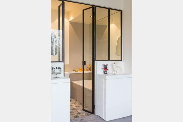 une salle de bains ouverte sur la chambre. Black Bedroom Furniture Sets. Home Design Ideas