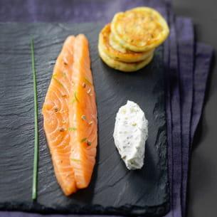 gravelax de saumon aux agrumes, sauce st môret® à l'aneth et blinis de pommes de