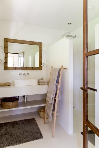 Du béton ciré pour une salle de bains naturelle à souhait