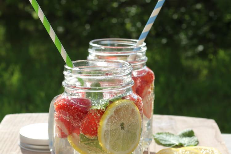 Detox water aux fraises, citron et menthe