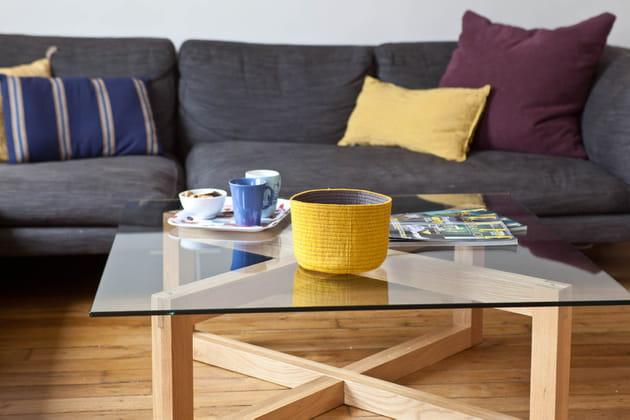 Une table basse transparente pour alléger l'espace