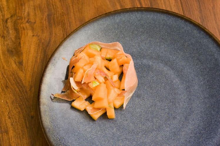 Tartare de melon, jambon cru et basilic