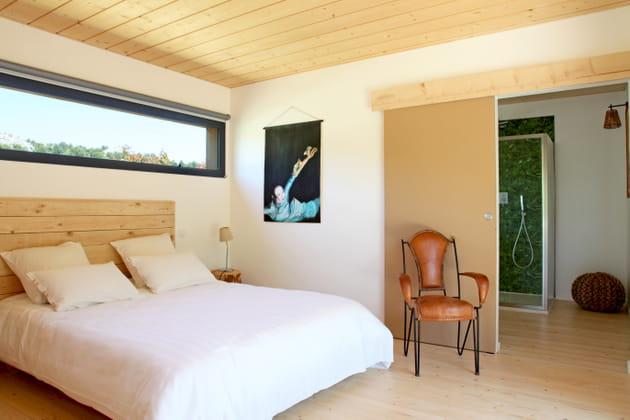 Une tête de lit en bois naturel