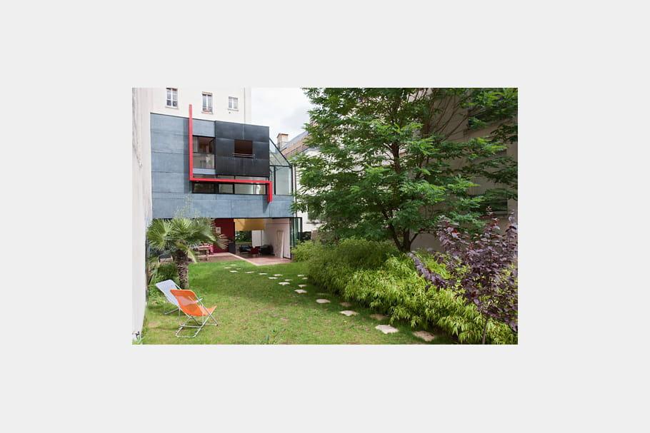 Un cube abstrait dans un jardin une maison de ville ouverte sur son environnement journal - Une maison un jardin berthenay versailles ...