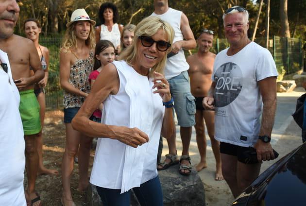 Brigitte Macron, tout sourire entourée des vacanciers