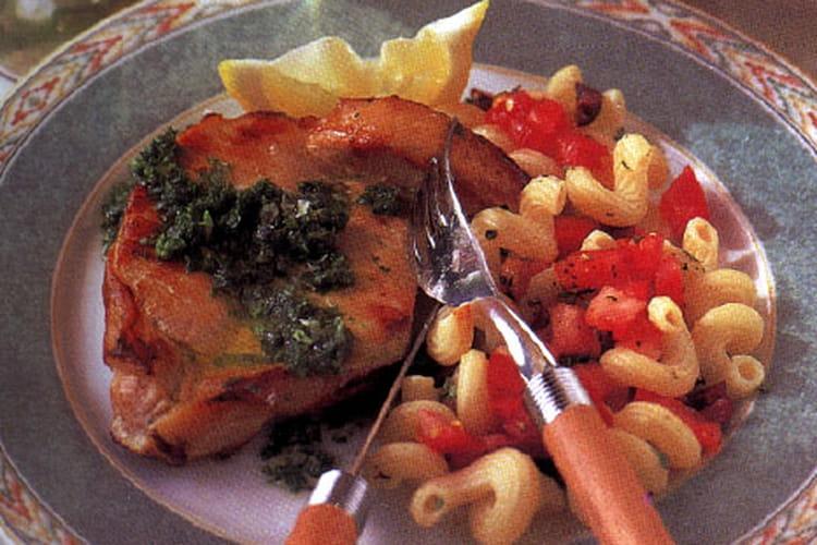 Côtelettes de porc et salade de pâtes chaudes