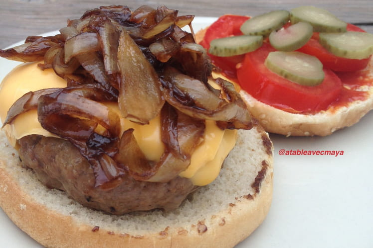 Cheeseburger et ses oignons caramélisés