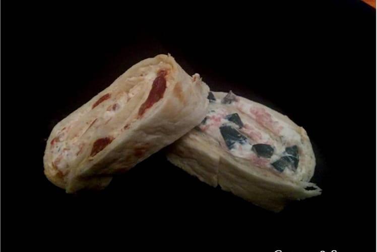 Roulés au fromage frais, tomates séchées et olives