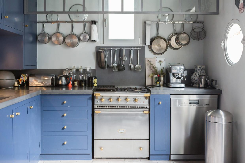 une cuisine bleue et inox. Black Bedroom Furniture Sets. Home Design Ideas