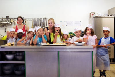 christelle, rédactrice cuisine, a animé un atelier pâtisserie au village kinder.