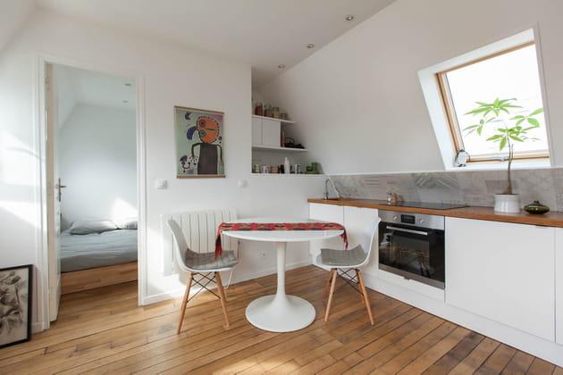 Une cuisine en I, intégrée au séjour