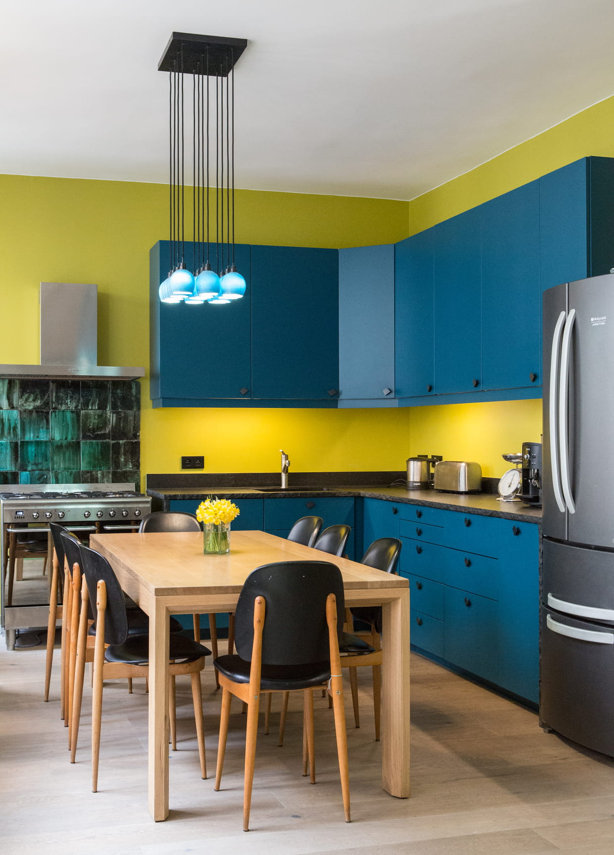 Une cuisine bleue et jaune - Cuisine bleue et blanche ...